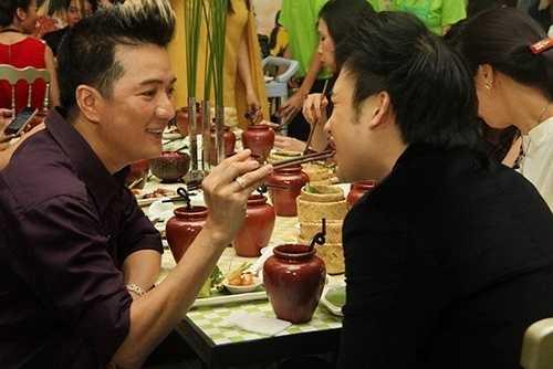 Vào năm 2010, Đàm Vĩnh Hưng từng gây bất ngờ khi nhận em trai danh hài Hoài Linh – ca sĩ Dương Triệu Vũ làm học trò.