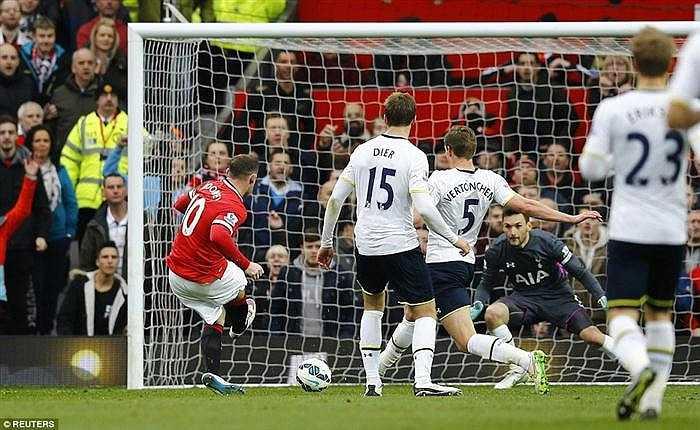 Trong trận đấu này Wayne Rooney đã thi đấu cực kỳ nổi bật và có cho riêng mình một bàn thắng. Pha ăn mừng của Rooney sau khi giúp Quỷ đỏ nâng tỷ số lên 3-0 khá kỳ lạ.