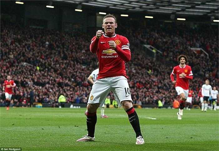 Anh đưa tay lên thực hiện một loạt động tác như đấm bốc rồi ngã ngửa ra phía sau trong khi các khán giả trên sân Old Trafford vẫn đang vui sướng tột độ.