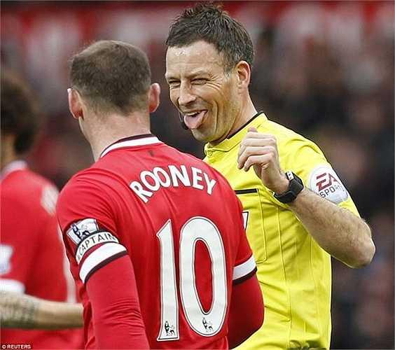 Trọng tài Mark Clattenburg như muốn ăn mừng cùng Rooney.