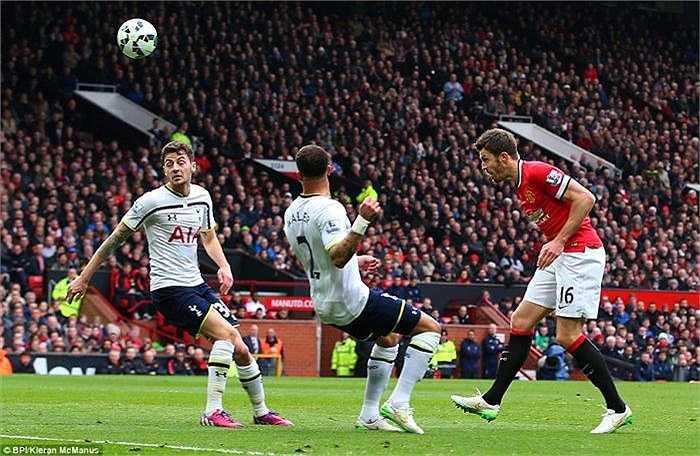 Phút 19, Carrick nâng cao cách biệt từ pha đánh đầu khi hậu vệ đội khách lúng túng phá bóng từ pha không chiến của Fellaini.