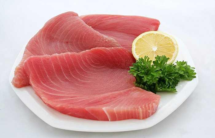 Cá rất có ích nhất là với những người bị thấp khớp. Một nghiên cứu được công bố trên tạp chí Annals of Diseases cho thấy những người ăn cá trong một thời gian dài có thể giảm nguy cơ thấp khớp, viêm khớp đến hơn 50%. Một số gợi ý cho những loại cá giàu omega-3 bao gồm cá hồi, cá ngừ và cá thu.