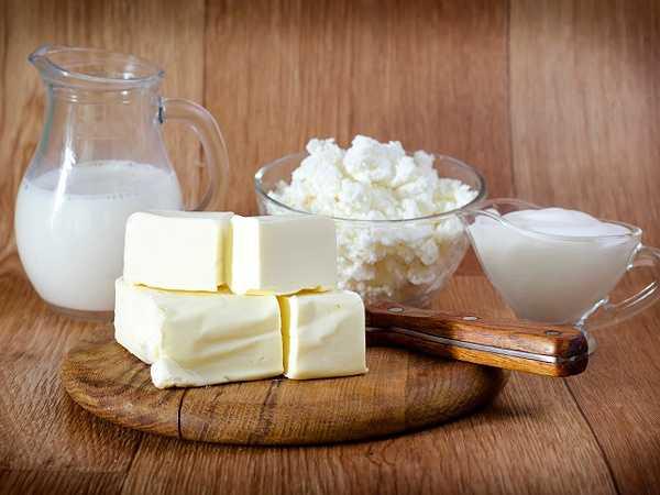 Tiêu thụ các thực phẩm từ sữa ít béo như sữa chua, pho mát... có thể làm tăng sức mạnh của xương. Thực phẩm này giàu cả canxi và vitamin D. Vitamin D rất cần thiết cho việc hấp thụ canxi và thúc đẩy hệ miễn dịch. Nếu bạn đang ăn chay hoặc không thể dung nạp đường lactose, bạn có thể bổ sung bằng những thực phẩm phẩm không phải là sữa để bổ sung canxi và vitamin D từ các loại rau lá xanh.