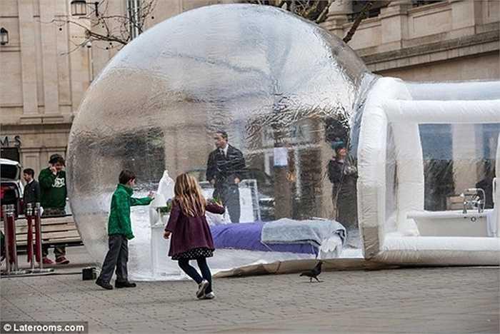 Khách sạn 'bong bóng' được đặt ngay tại con phố trung tâm mua sắm nhộn nhịp của thành phố Bath (Anh). Gọi là khách sạn bong bóng vì không gian của nó như quả bong bóng được thổi phòng