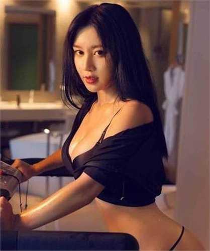 Tuy còn là sinh viên nhưng với lợi thế ngoại hình, chiều cao lý tưởng, Fan Ling thường xuyên hoạt động nghệ thuật như làm người mẫu ảnh, người mẫu game và cũng đã thử sức với lĩnh vực ca hát.