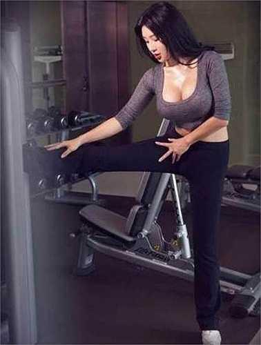 Fan Ling (nickname trên mạng là Jolie) chỉ thực sự được cộng đồng mạng trong nước và quốc tế biết đến nhiều khi những hình ảnh cô nàng mặc sexy, kẹp chiếc iPhone đời mới vào giữa ngực khủng để chụp ảnh tự sướng lan tràn trên mạng.