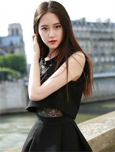 Trần Tử Mi theo học tiếng Pháp của Học viện phiên dịch cao cấp thuộc Đại học Ngôn ngữ Bắc Kinh.