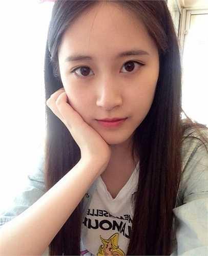 Cô còn là phó chủ tịch hội sinh viên của Đại học Ngôn ngữ Bắc Kinh.