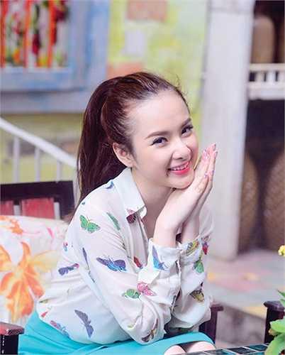 Với hàng loạt scandal, tên tuổi Angela Phương Trinh lên như diều gặp gió.