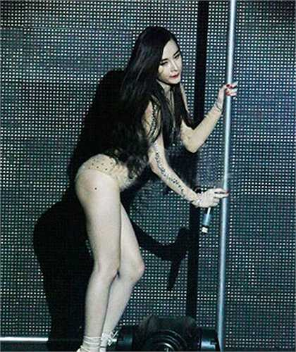 Cô nhận được nhiều show diễn hơn và được chú ý nhiều hơn. Trong các show diễn, cô nhiều lần bị phát hiện ăn mặc quá hở hang và còn múa cột khi trình diễn.