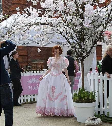 Nhân vật mặc váy như công chúa trong phim Disney gây ấn tượng với các em nhỏ