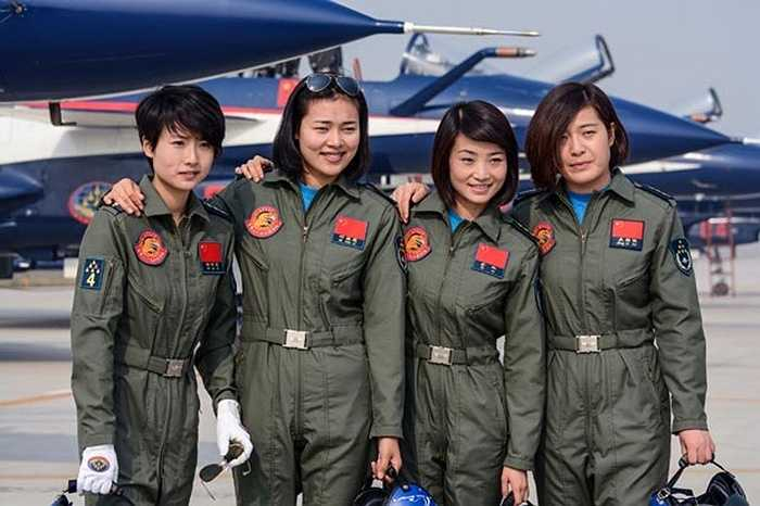 Các nữ phi công trong một buổi luyện tập tại Côn Minh ngày 3/3 trước khi tham gia triển lãm