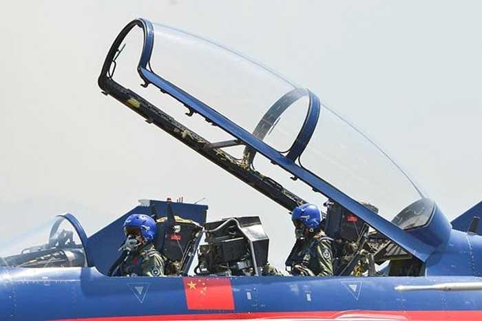 Các phi công Trung Quốc chuẩn bị cất cánh
