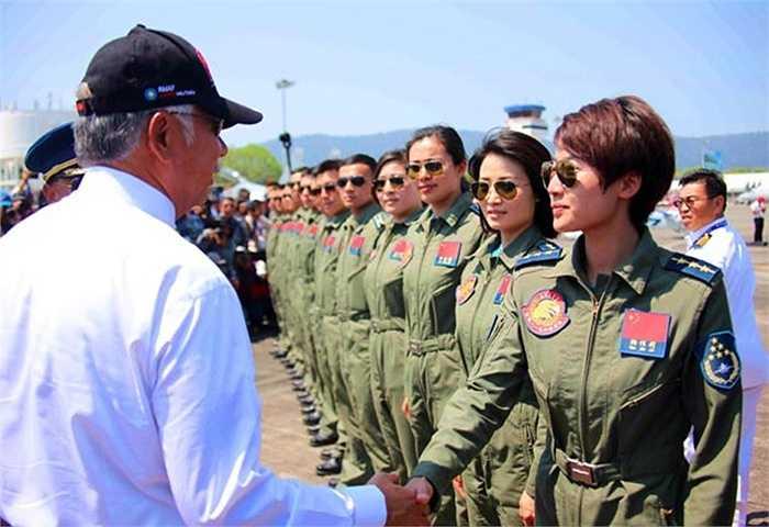 Các nữ phi công đội bay biểu diễn của Trung Quốc trong ngày khai mạc triển lãm