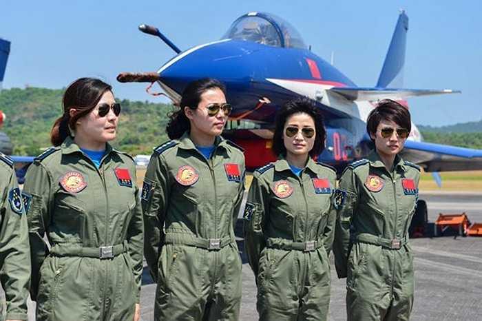 Các nữ phi công Trung Quốc chụp ảnh bên chiến cơ tại triển lãm Langkawi