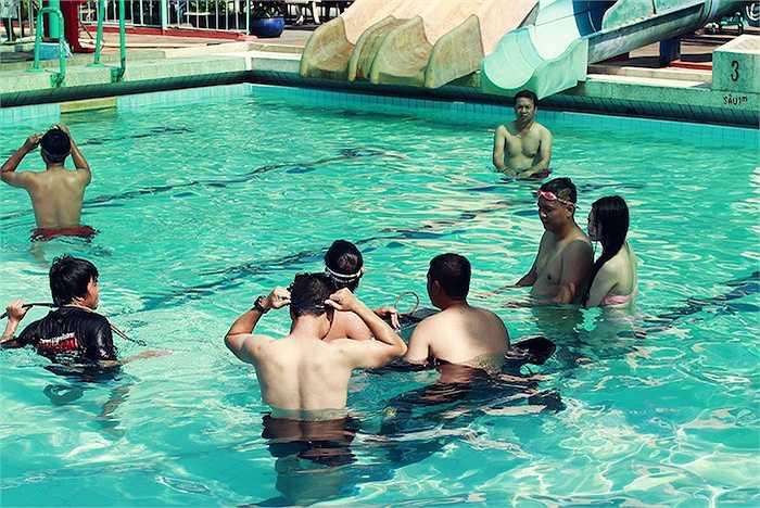 'Thố thay vì gặp Khánh My trong một địa điểm lãng mạng thì đã được chuyển ra bể bơi với màn tập bơi có một không hai.'