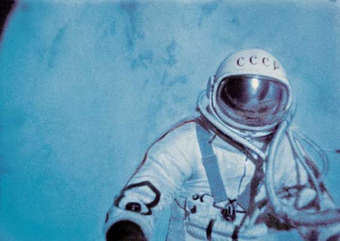 Ngày 18/3/1965, lần đầu tiên trong lịch sử thám hiểm không gian phi hành gia Liên Xô Alexei Leonov đã thực hiện chuyến đi ra bên ngoài con tàu tàu vũ trụ Voskhod-2 do phi công Pavel Belyaev điều khiển
