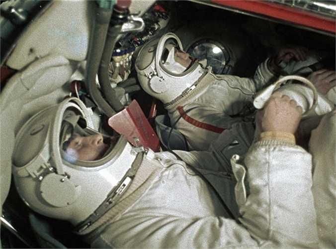 Hai phi hành gia Belyaev (trái) và Alexei Leonov (phải) trong thiết bị tập luyện mô phòng con tàu vũ trụ Voskhod-2