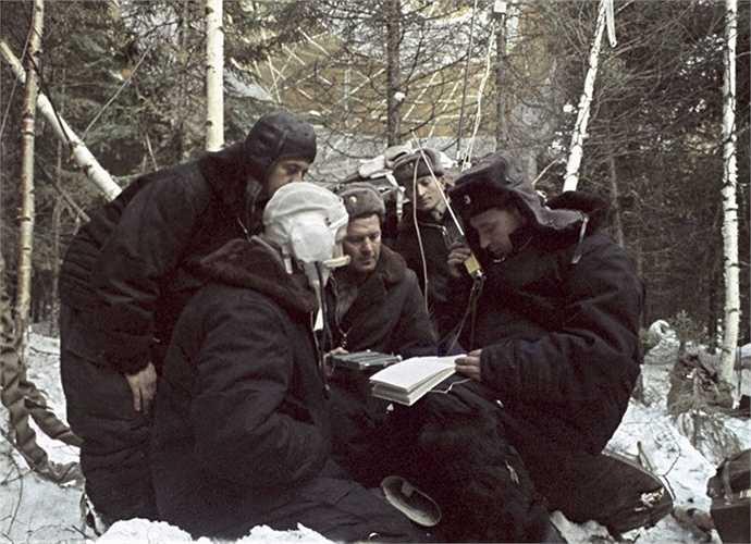 Các phi hành gia Alexei Leonov và Pavel Belyaev kết nối liên lạc sau khi hạ cánh