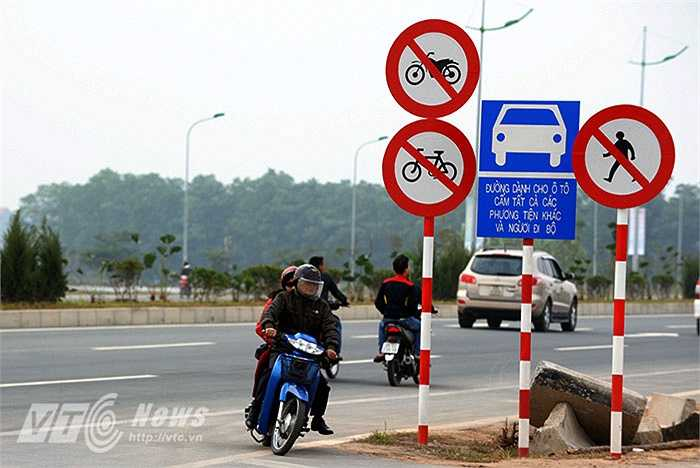 Mặc dù đã có biển cấm người điều khiển xe máy, xe đạp, người đi bộ tham gia giao thông trên đường cao tốc nhưng trên nhiều tuyến đường cao tốc xung quanh khu vực thành phố Hà Nội như đại lộ Thăng Long, đường Võ Nguyên Giáp, đường cao tốc trên cao vành đai 3 (Hà Nội) nhiều người vẫn vô tư chạy xe vào các tuyến đường này.