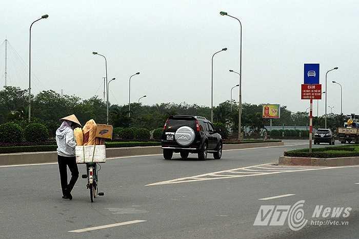 Trên đại lộ Thăng Long, dù đã có biển cấm xe máy, xe đạp tại mỗi điểm rẽ vào đường cao tốc, nhưng nhiều người dân vẫn bất chấp pháp luật.