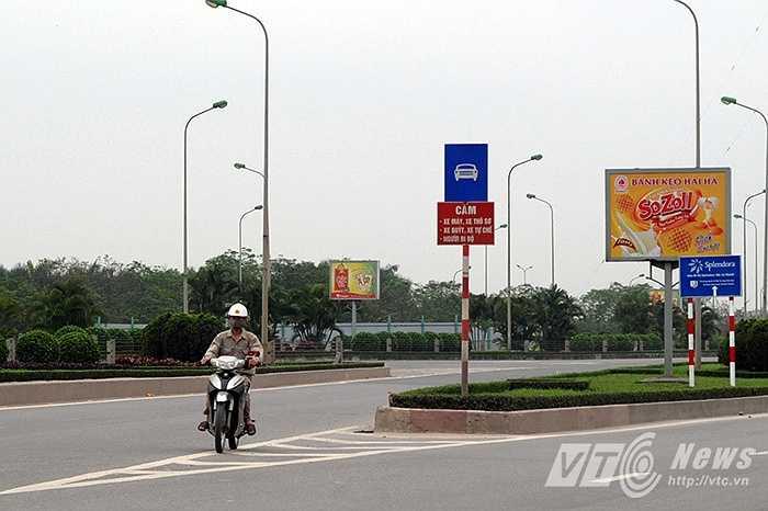 Người điều khiển xe máy chạy ngược chiều trên đại lộ Thăng Long.