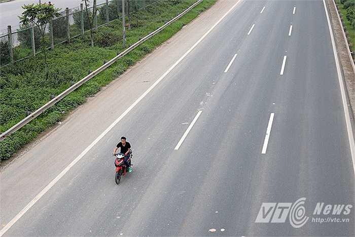 Thậm chí không đội mũ bảo hiểm, chạy xe với tốc độ cao trên đường cao tốc.