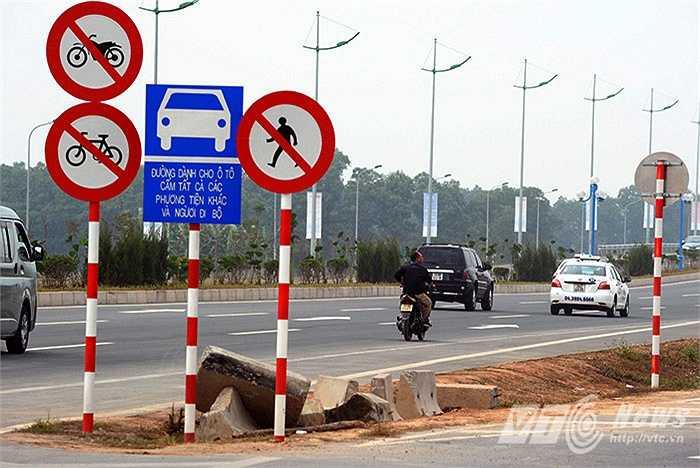 Trên đường Võ Nguyên Giáp, tình trạng mất an toàn giao thông cũng thường xuyên diễn ra khi người điều khiển xe máy lưu thông vào đường cấm.