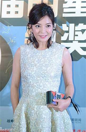 'Én nhỏ' làm khách mời tại một sự kiện diễn ra hôm 18/3 tại Bắc Kinh. Trên thảm đỏ, mỹ nhân Hoa ngữ làm điệu với chiếc váy hoa dập nổi, kèm theo phụ kiện sắc màu. Tuy nhiên, kiểu tóc có phần xuề xòa, không đường nếp  khiến Triệu Vy trông lôi thôi và kém nổi bật.