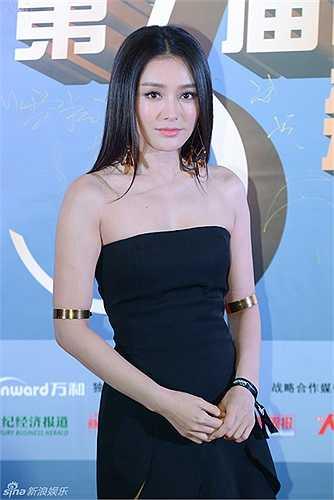 Dự sự kiện còn có nhiều tên tuổi khác của làng giải trí. Tần Lam nổi bật trong một thiết kế sexy.