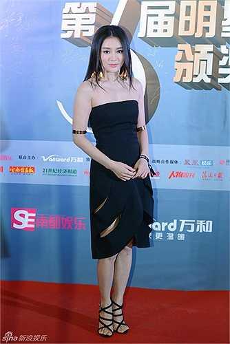 Tần Lam làm điệu trên thảm đỏ.