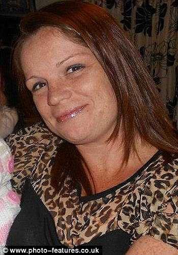 Lisa Epsom (34 tuổi) không may bị vỡ răng khi dùng miệng mở chai nước trái cây cho cậu con trai. Sau đó, cô đã đến nha sỹ để khám.