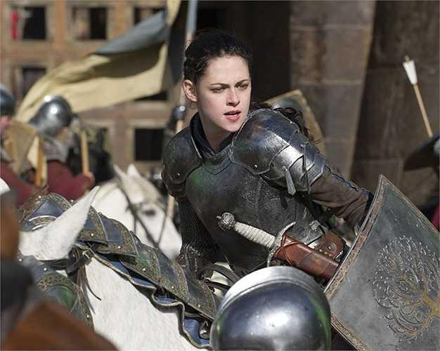 Bạch Tuyết và Hoàng hậu trong Snow White and the Huntsman (2012): Đây là tác phẩm cải biên khiến cho mối tình của Kristen Stewart và Robert Pattinson tan vỡ bởi người đẹp đã trót ngoại tình với đạo diễn Rupert Sanders trong quá trình bộ phim bấm máy