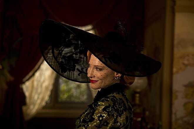 Lily James xuất hiện đầy lung linh trong bộ xiêm y đắt giá khi Lọ Lem xúng xính đi dự bữa tiệc hoàng gia. Còn người đẹp nước Úc Cate Blanchett thì toát lên vẻ quý phái, cũng như chứng minh tài năng diễn xuất trong vai bà mẹ kế độc ác. Nguồn: Zing