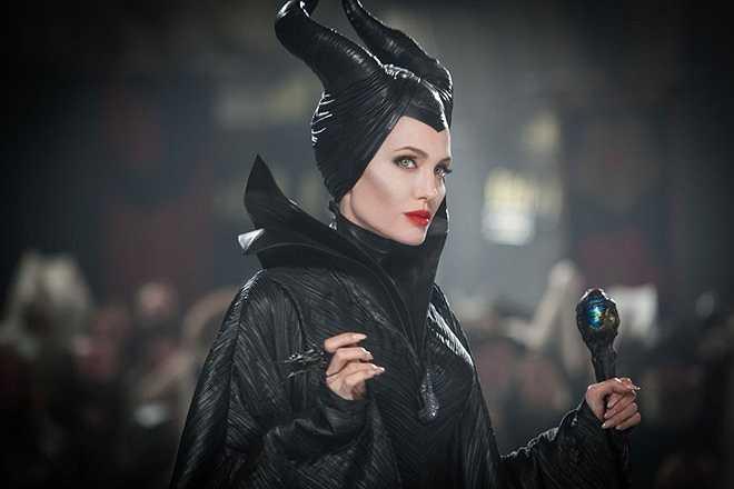 Tiên hắc ám trong Maleficent (2014): Dựa trên Người đẹp ngủ trong rừng, bộ phim Maleficent kể lại câu chuyện cổ tích kinh điển theo góc nhìn của nhân vật phản diện là Tiên hắc ám do Angelina Jolie thủ vai. Theo đó, Tiên hắc ám có những mâu thuẫn, day dứt nội tâm mà không phải ai cũng nhận ra.