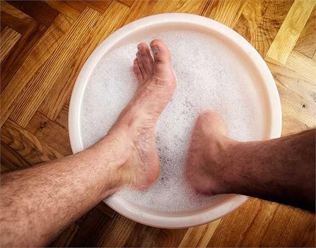 Thư giãn chân: Các men trong bia làm mềm làn da thô ráp của bàn chân, và giúp khử trùng. Khi bạn ngâm chân trong một chậu nước ấm và một nửa chai bia sẽ giúp đôi chân được thư giãn .