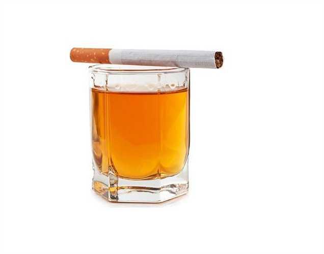 Rượu và thuốc lá: chúng ảnh hưởng đến viêm thấp khớp. Hút thuốc làm tăng nguy cơ phát triển viêm khớp dạng thấp và các triệu chứng trở nên nặng hơn, trong khi uống rượu cũng tương tự với bệnh gút, một trường hợp của bệnh viêm khớp.