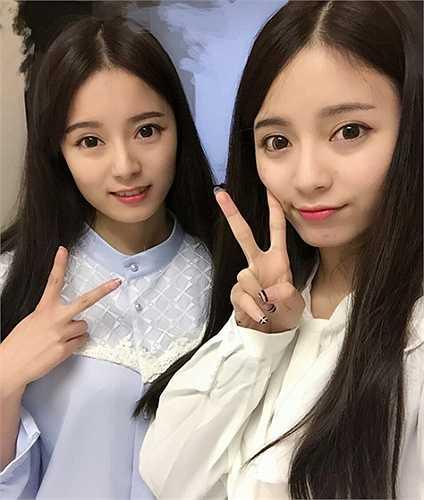 Mới đây, cặp chị em song sinh Hà Tư Di - Hà Tư Kỳ thu hút sự chú ý ở Trung Quốc sau khi nhiều trang mạng đăng tin, ca ngợi vẻ đẹp và thành tích học tập của cả hai.