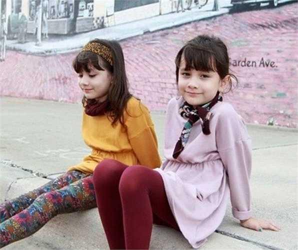Có mẹ là người Hàn Quốc và cha là người Mỹ, cặp song sinh Naomi và Lisa được nhiều cư dân mạng Hàn Quốc yêu mến bởi vẻ đẹp rất Tây và đáng yêu.
