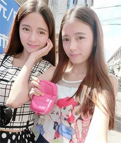 Hà Tư Di là chị, đang học khoa phát thanh của Học viện Nghệ thuật Nam Kinh. Hiện tại, Tư Di đã thường xuyên góp mặt trên truyền hình với vai trò MC.
