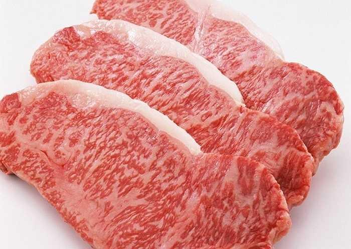 10. Thịt bò Wagyu Nhật Bản: 660-2.860 USD/kg     Thịt bò Wagyu có màu sắc lấp lánh như đá cẩm thạch,mềm và chứa ít cholesterol. Một kg thịt bò Wagyu Nhật Bản có giá từ 660 USD – 2.860 USD.