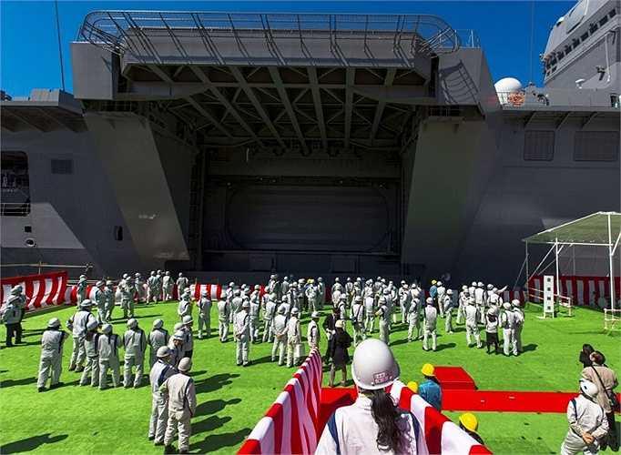 'Tàu Izumo có thể phục vụ với nhiều vai trò khác nhau như tham gia hoạt động gìn giữ hoà bình, cứu trợ thảm hoạ quốc tế và viện trợ', theo Bộ trưởng Quốc phòng Nhật Bản Gen Nakatani