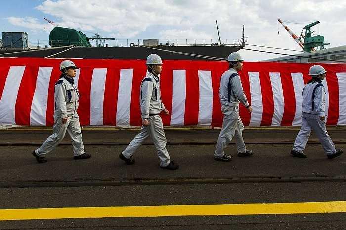 Các công nhân sau nghi lễ bàn giao tàu Izumo