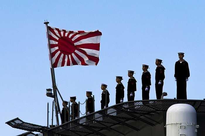 Thủy thủ Nhật Bản trên boong tàu sân bay trực thăng Izumo tại cảng Yokohama