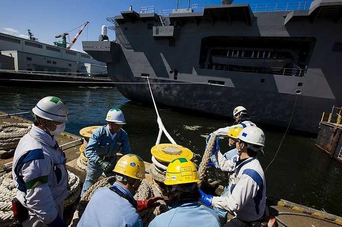 Các công nhân tháo cáp trước khi bàn giao tàu Izumo ở cảng Yokohama