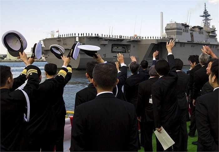 Tàu sân bay trực thăng Izumo khởi hành từ bến cảng