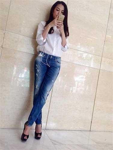 Set trang phục đơn giản giúp cô khoe được đôi chân dài miên man cùng vòng eo 'con kiến'.