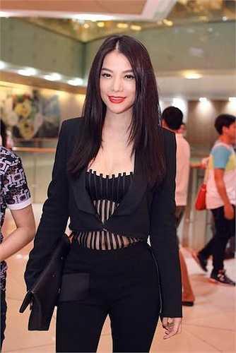 Hoa hậu Thời trang Quốc tế Ai Cập 1988 táo bạo, gợi cảm nhưng cũng rất thanh lịch trong một buổi cine tour quảng bá cho 'Hương Ga'.