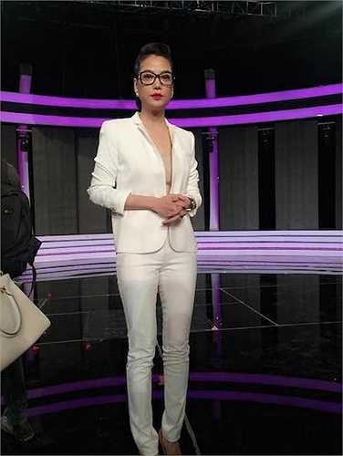 Làm giám khảo cho cuộc thi 'Hoa khôi Áo dài 2014', nữ diễn viên họ Trương chọn cho mình trang phục của một nữ doanh nhân thành đạt, phong cách và trẻ trung với kính cận.