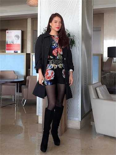 Tham dự tuần lễ văn hóa Việt Nam tại đảo Síp, cô chọn cho mình một set đồ đơn giản với màu sắc trang nhã, trẻ trung.